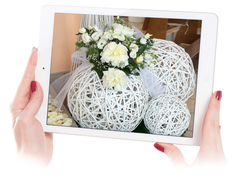 addobbi chiese matrimonio con sfere e fascini in vimini e fiori