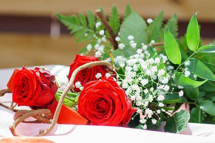 Richiedi al tuo fioraio di fiducia Garden Roagna un mazzo di rose per la festa della mamma